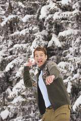 Italien, Südtirol, Junger Mann hält Schneeball, lachend, Porträt