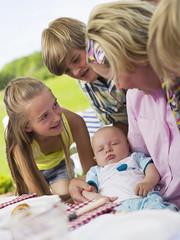 Familie im Garten mit Baby