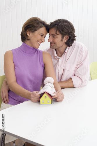 Paar bei der Planung ihrer Zukunft, Haus und Kind