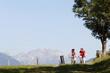 Junges Paar fährt Mountainbike