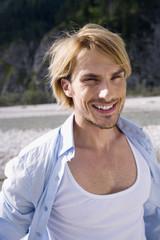 Deutschland, Bayern, Junger Mann lächelnd, Portrait