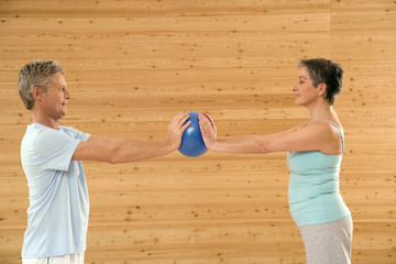 Älteres Ehepaar mit Gymnastikball
