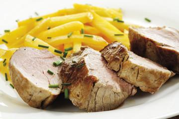 Gebratenes Schweinefleisch mit Steckrüben Gemüse auf Teller, Nahaufnahme