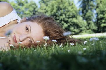 Junge Frau liegt auf dem Gras, Nahaufnahme