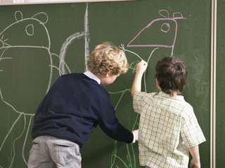 Jungen an Tafel in der Schule