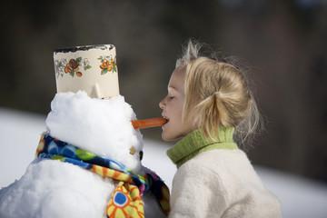 Österreich, Mädchen mit Schneemann, Seitenansicht