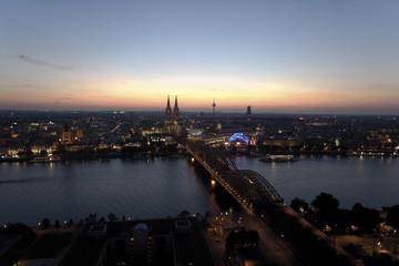 Deutschland, Köln, Der Dom im Hintergrund