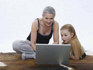 Großmutter und Enkelin mit Laptop, Portrait