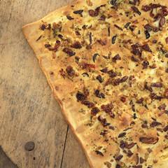 Foccaccia, Italienisch Rosmarin-Brot mit Oliven, Nahaufnahme