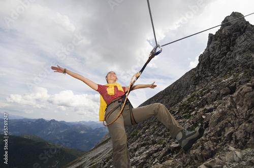 Österreich, Salzburger Land, junge Frau beim Bergsteigen
