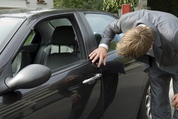 Junger Mann prüft Auto