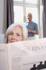 Seniorin liest eine Zeitung, Portrait