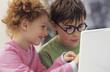 Jungen und Mädchen mit Laptop