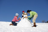 Österreich, Mädchen machen Schneemann