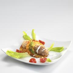 Kartoffelpuffer mit Lachs-Tartar, Salat und Tomaten