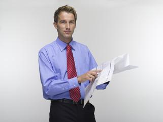 Junger Mann mit Bauplan, Portrait