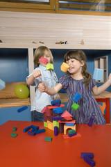 Junge und Mädchen spielen mit Bauklötzen