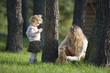 Mutter spielt mit Tochter im Wald