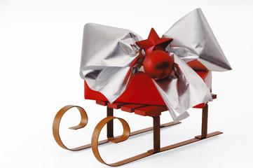 Weihnachtsgeschenk auf Schlitten