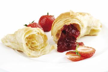 Croissant mit Erdbeermarmelade gefüllt