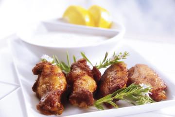 Hühnerflügel und Knoblauch-Dip