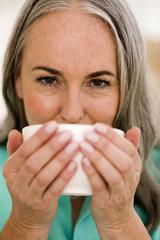 Ältere Frau trinkt Tee, Portrait, Nahaufnahme