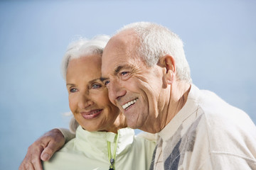 Deutschland, Bayern, Walchensee, Älteres Paar lächelnd, Portrait