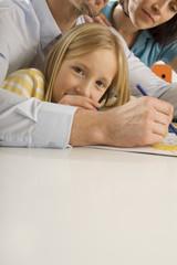 Mädchen malt mit Eltern