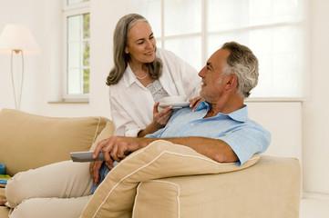 Älteres Ehepaar im Wohnzimmer, lächelnd, Nahaufnahme