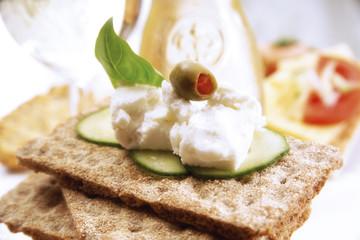 Knäckebrot mit Käse und Oliven