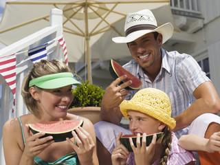 Familie isst Wassermelone
