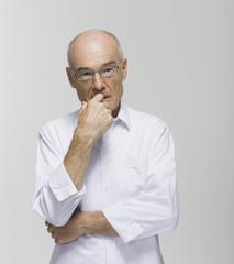 Älterer Mann, Hand am Kinn, Portrait