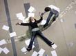 Paar sammelt Papiere ein