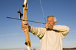 Älterer Mann mit Pfeil und Bogen