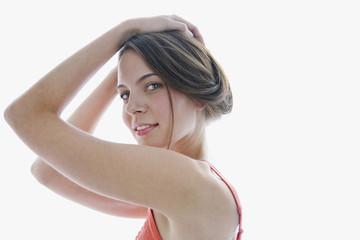 Junge Frau, die Hände auf dem Kopf, Lächeln, Portrait