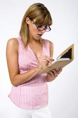 Junge Frau mit Brille und Notebook