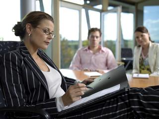 Geschäftsfrau und Mitarbeiter im Büro