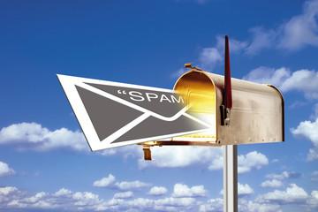 Ein Brief mit dem Wort Spam im Briefkasten