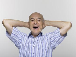 Älterer Mann mit den Händen am Kopf, Portrait, Nahaufnahme