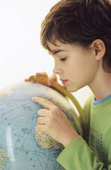 Junge, Globus, Seitenansicht