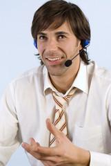 Unternehmer mit Headset, lächelnd, Nahaufnahme