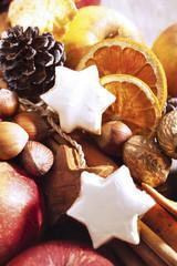 Weihnachtsdekoration mit Früchten und Nüssen