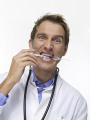 Arzt mit Spritze, Portrait