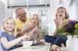 Großeltern und Enkel in der Küche, Portrait