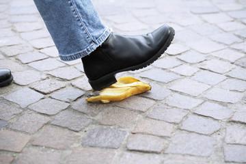 Menschlicher Fuß tritt auf Bananenschale