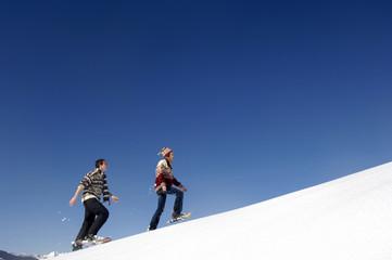Junges Paar im Schnee, zu Fuß Seitenansicht