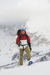 Italien, Südtirol, Mann beim Schneeschuhwandern