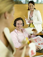 Young Professionals beim Lunch im Büro
