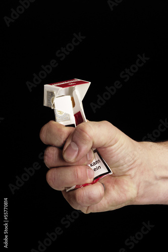 Faust zerstört Zigarettenschachtel