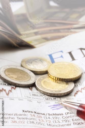Euro-Münzen auf Zeitung